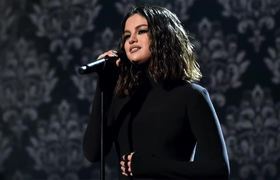 Selena Gomez challenges when singing in Los #AMAS - Fans say it was sabotage!