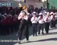 #VIRAL: Teacher manages to have a student with a disability dance at the Mexican Revolution parade
