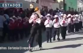 #VIRAL: Maestra logra que alumno con discapacidad baile en desfile de la Revolución