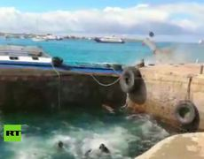 Barge with 2,700 liters of diesel sinks in the Galapagos Islands Barge Traducciones de barge SustantivoFrecuencia labarc
