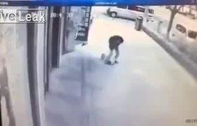 #Video: Hombre da golpiza en plena calle a bebé de 2 años