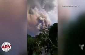 Pareja se casa tranquilamente en medio de erupción volcánica