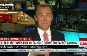 Avion arrojo combustible a niños en una escuela