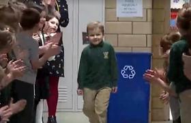 Niño de 6 venció cáncer y al regresar a clases lo reciben entre aplausos