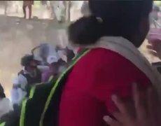 #VIRAL: Se sale de control la nueva #CaravanaMigrante y atacan a elementos de la Guardia Nacional.