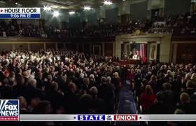 Cámara canta 'Cuatro años más' mientras Donald Trump toma el estrado