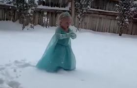 #VIRAL: Elsa likes to sing while enjoying the cold.