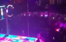 #VIRAL: Bailarina se cae del tubo en un table dance