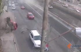 Cae automóvil de Segundo Piso de Periférico; conductor es trasladado con vida al hospital