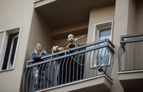 #Coronavirus: Italians sing from their balconies and the video goes viral
