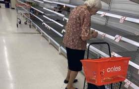 #VIRAL: Grandmother breaks down in tears because there was nothing in the supermarket