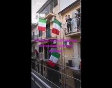 TikTok : People singing Rihanna on balconies