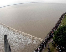Giant Wave attracts thousands of tourists in China