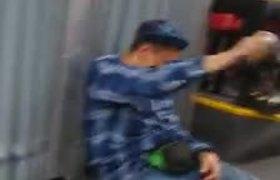 Borracho en 'Metrobús' de Colombia rocía alcohol por Covid-19