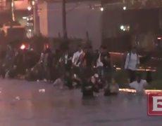 Novios caen dentro de una coladera abierta durante inundación en el DF