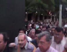 Cárdenas es agredido durante marcha por normalistas desaparecidos