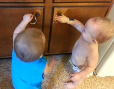 Cute Twin Babies Find Rubber Bands Hilarious