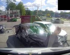 Solo en Rusia Motociclista sale volando después de choque y queda atrapado entre dos autos