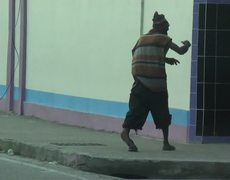 Loco camina con una pierna rota en Trini