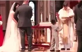 Pacsi vagy áldás? A kisfiú döntött!