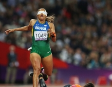 Uno de los momentos más emotivos en estos Juegos Paralímpicos guía de corredora cae casi al llegar a la meta