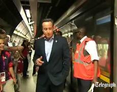 El primer ministro David Cameron de paseo en el metro del Parque Olímpico