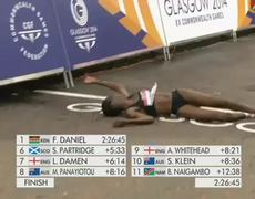 Marathon Commonwealth Games 2014 Female Runner Faints before crossing finish line
