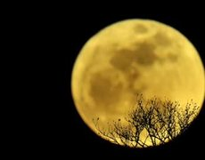 999 caller mistakes moon for UFO