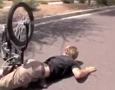 BMX tristemente aterriza su cara en el suelo