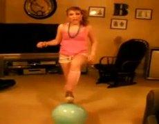 Mujer segura se cae de la pelota