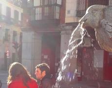 Shakira bailando en una fuente de Barcelona