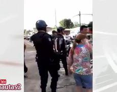 Policías tabasqueños intentan detener a migrante por