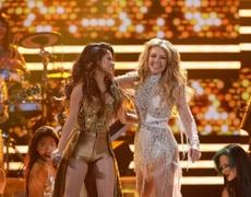 Thalía y Becky G cantan