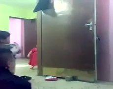 Bebés gorditos se pelean por su bote de leche
