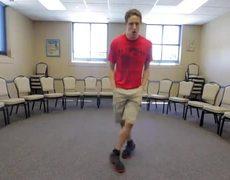 Joven baila en 100 lugares diferentes