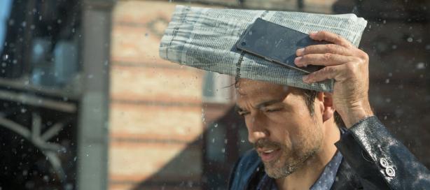 Tan buen teléfono que puedes usarlo para protegerte de la lluvia