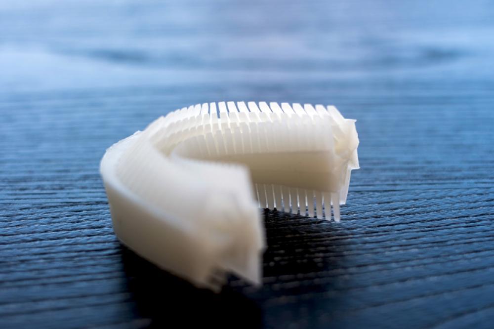 Este cepillo de dientes tiene unos diminutos canales internos que  distribuyen la pasta dental hasta tus dientes. La pieza bucal está hecha de  un silicón ... 36defd37b07e