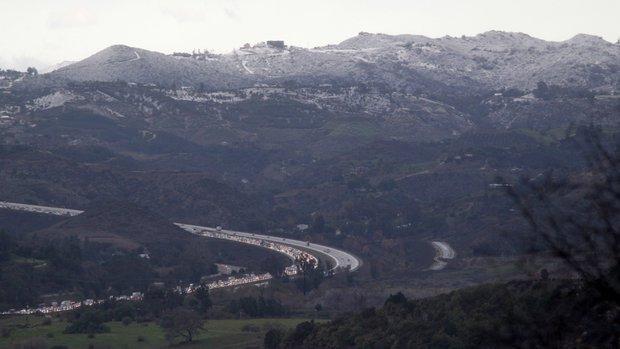 Los cerros de San Diego también amanecieron con nieve. Este es el Interestatal 15 pasando por Escondido. Foto: John Galindo/UT San Diego