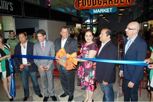 Food Garden's Ricardo Nevárez and Tijuana dignitaries prepare to cut the ribbon.