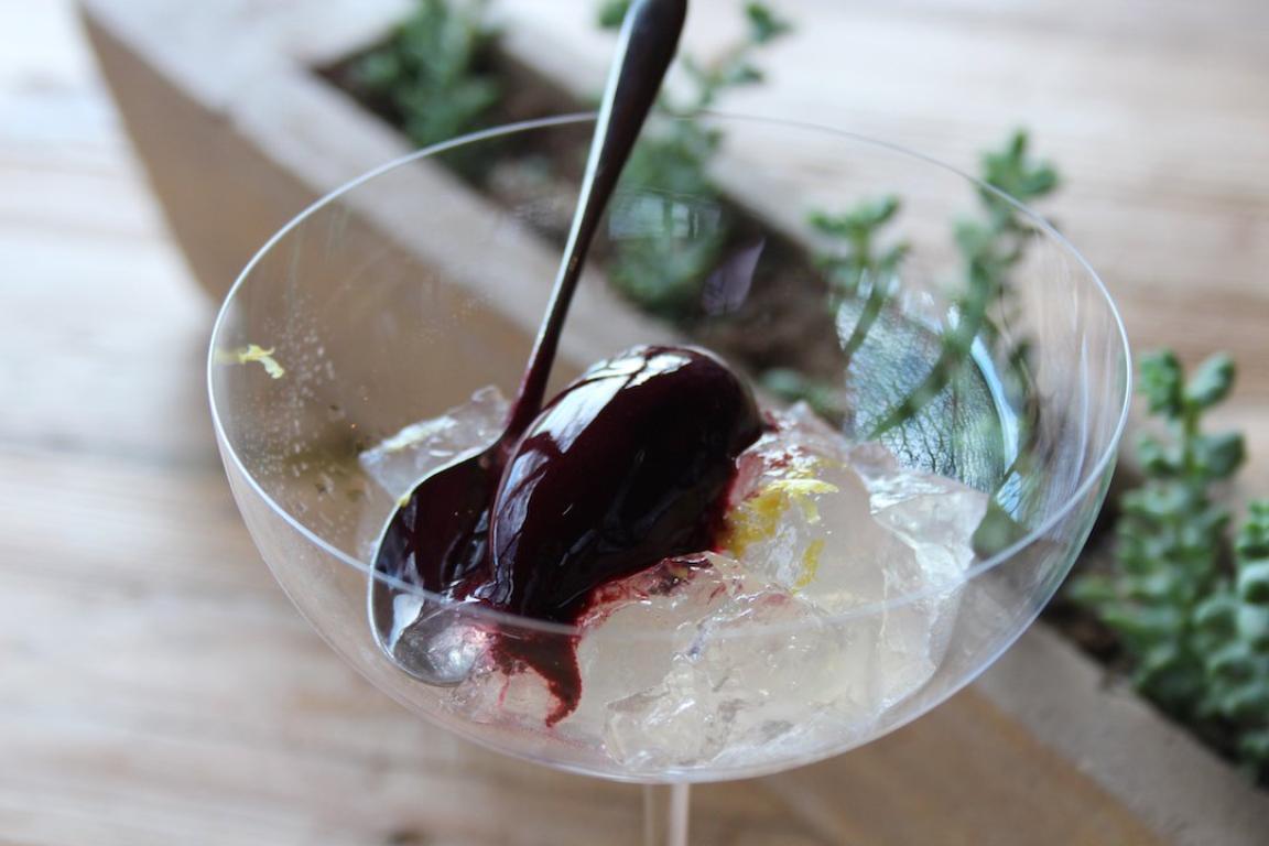Todo tiene un toque, hasta los postres, como esta gelatina de limón con un sorbete de cereza y ginebra.