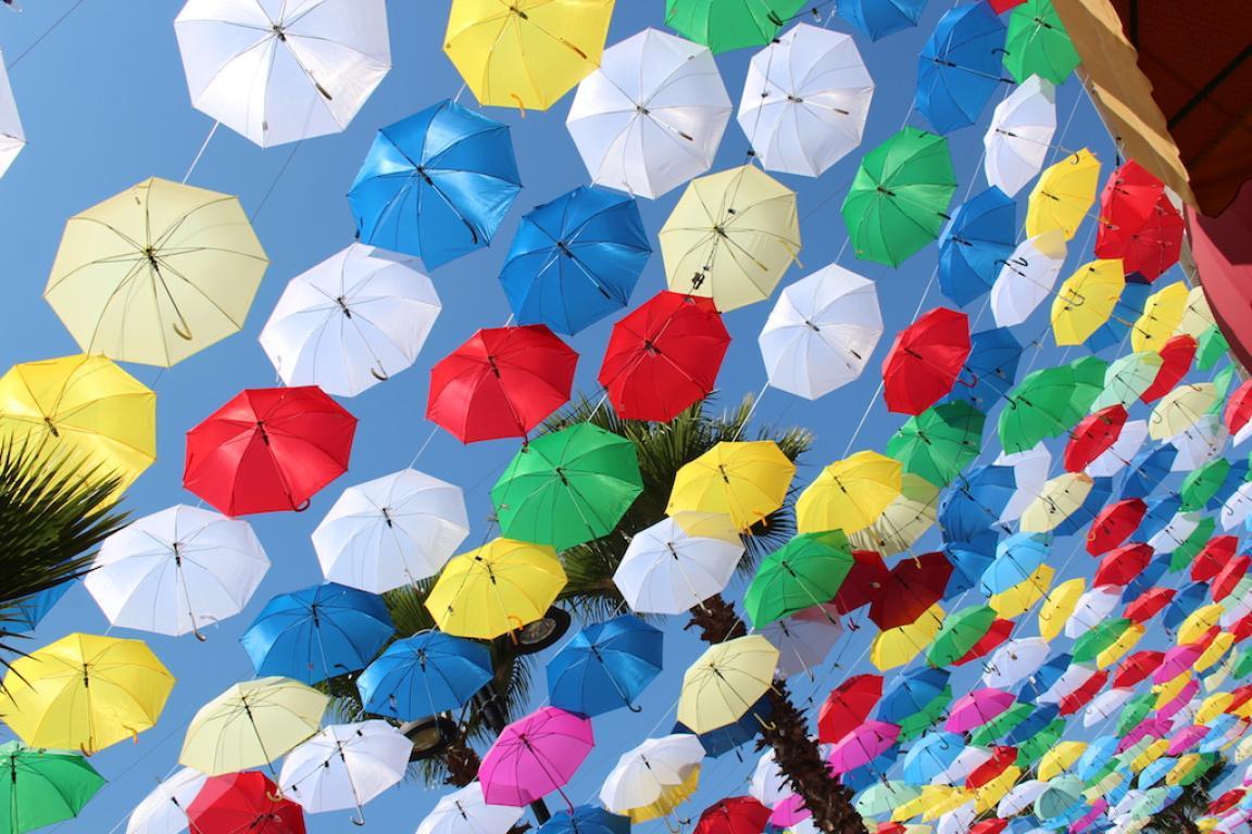 Una sobre otra los colores de las sombrillas resaltan dejando un original patrón, el cual se refleja en el suelo. Foto: Ángel García