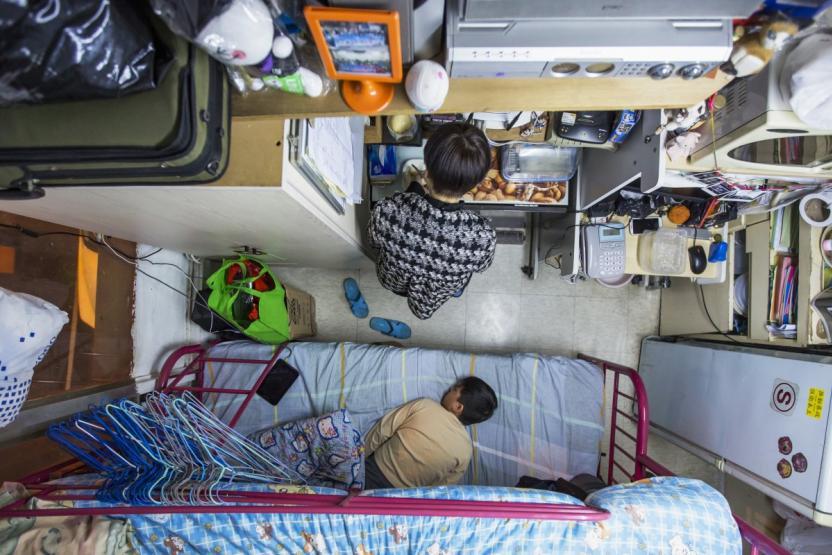 Una madre en Hong Kong paga $487.00 dlls para vivir en este espacio con su hijo. Foto: Tyrone Siu