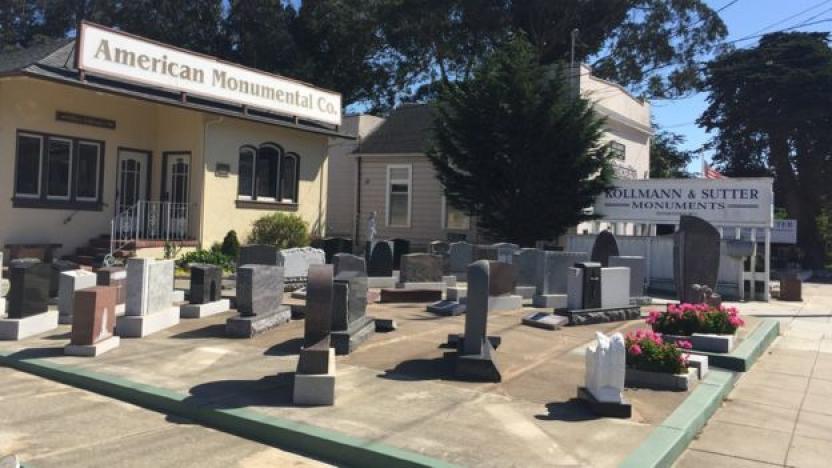 Los negocios que abundan en Colma son de servicios fúnebres. (BBC)