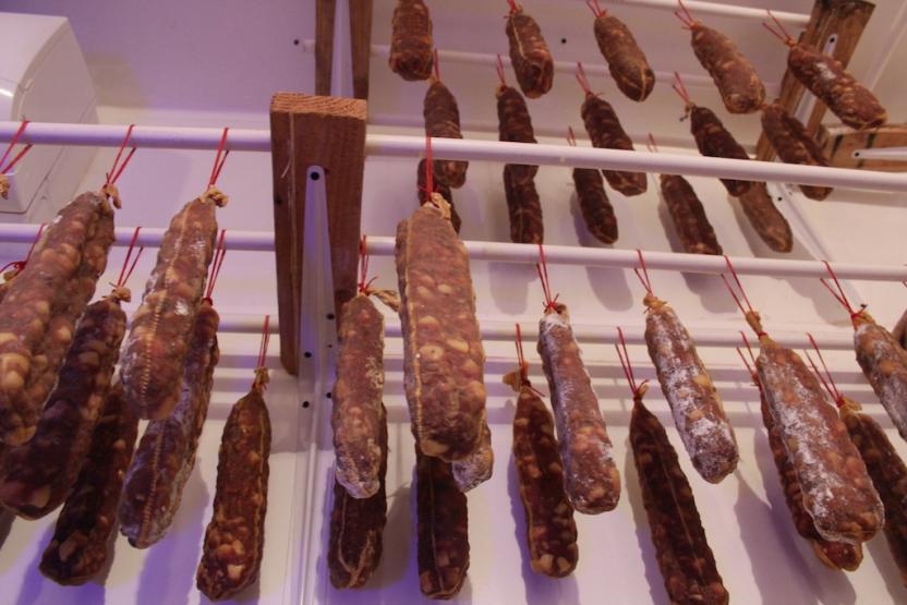 Las salchichas deliciosas en el refrigerador de Charcutería Cafalli. Foto: Ángel García/SanDiegoRed