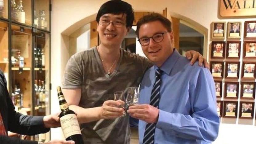 El escritor y el dueño del hotel bebiendo el whisky falso.