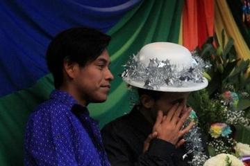 Parejas LGBT de carava migrante se casan en Tijuana