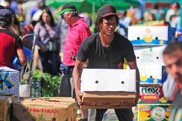 Ofrecen 7,000 empleos a migrantes en Tijuana