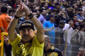 Maradona se va a los golpes con aficionados