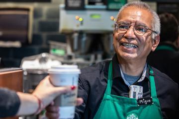 Starbucks abre su primera tienda operada por personas mayores