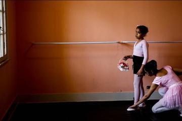 En Brasil hay una academia de ballet para niñas ciegas